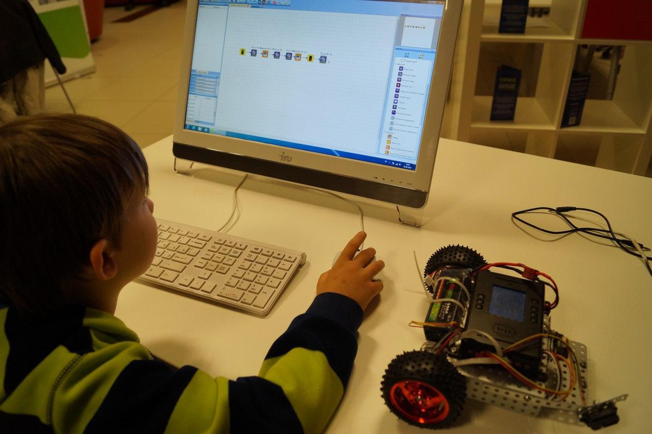 Направление робототехники в летней школе по программированию от Яндекса и ABBYY