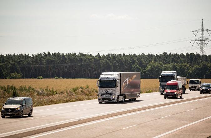 По дорогам Германии проехался робот грузовик от Mercedes