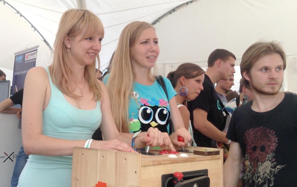Девушки играют в аркадный автомат