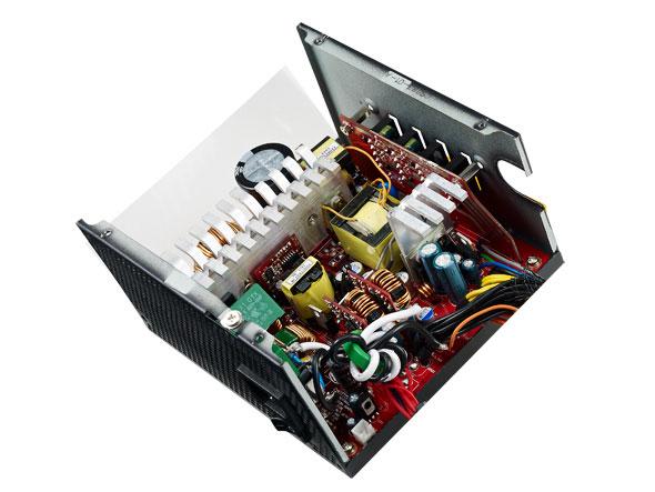 Блок питания Cooler Master V750 Semi-Modular оснащен комбинированной кабельной системой