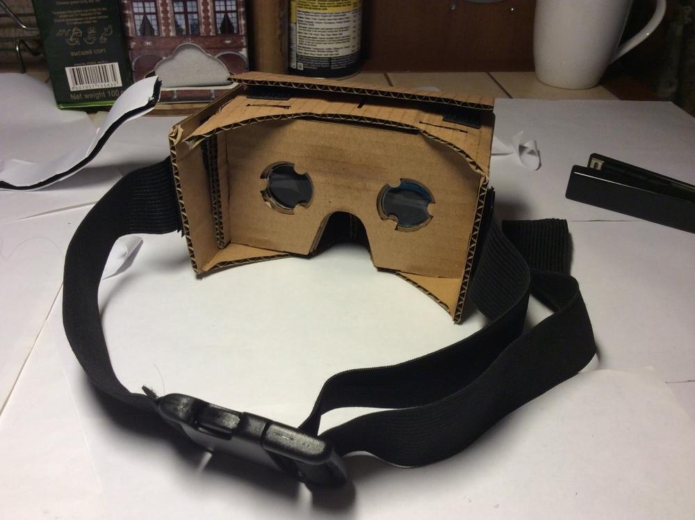 Очки виртуальной реальности из картона, акрила и пластика