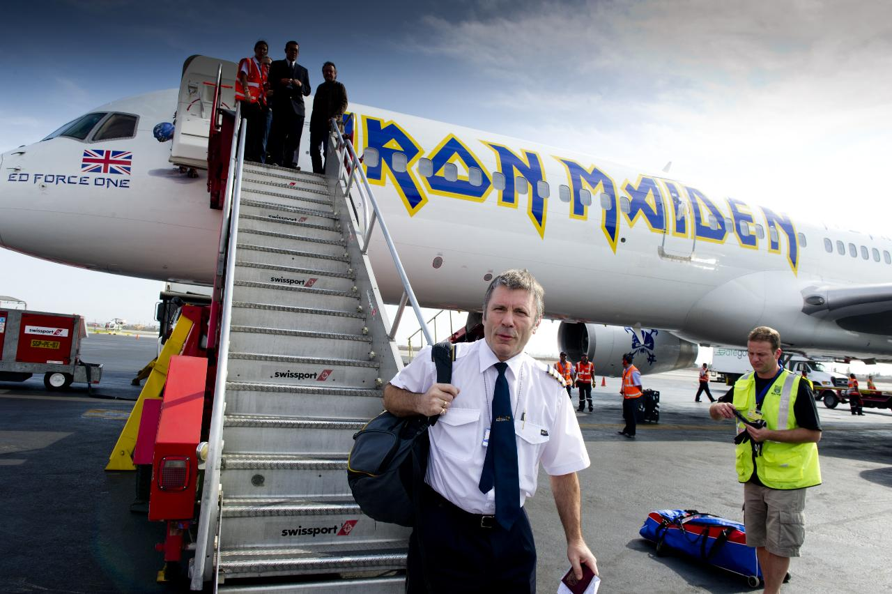На самолёте Boeing 757 с собственной окраской летает британская рок-группа Iron Maiden, а командиром воздушного судна является её вокалист Брюс Дикинсон.