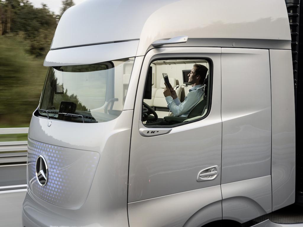 Mercedes представил робот грузовик будущего «Future Truck 2025»