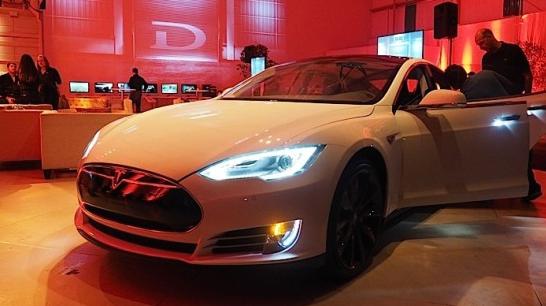 Tesla D: Два двигателя, полный привод, разгон до 100 км ч за 3,2 секунды