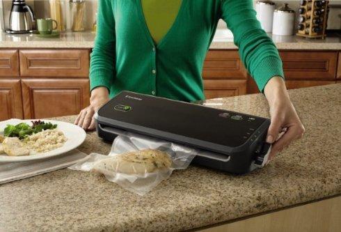 Вакуумная упаковка FoodSaver FM 2000 сохранит свежесть приготовленной пищи