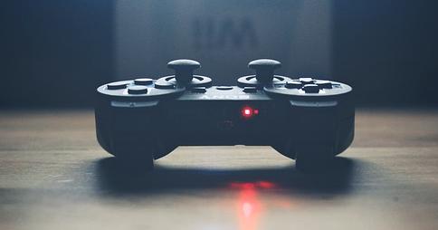 Контроллер PlayStation 3, лежащий на деревянной поверхности