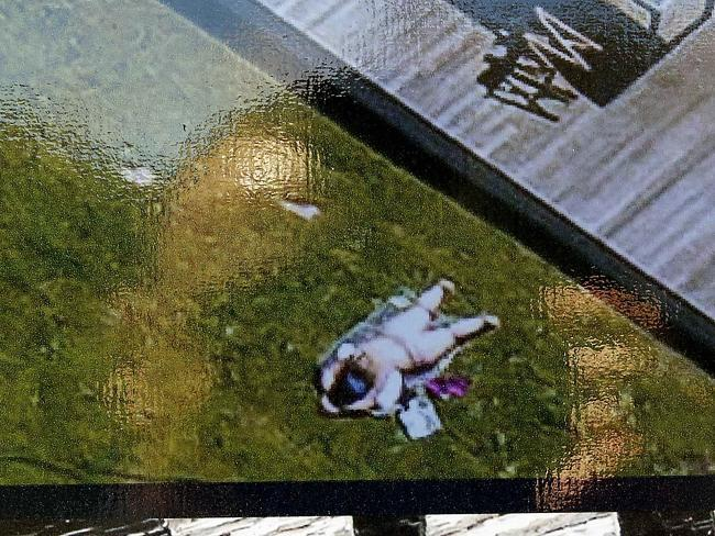 Коптер агента по продаже недвижимости сфотографировал загоравшую топлесс женщину - 2