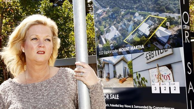Коптер агента по продаже недвижимости сфотографировал загоравшую топлесс женщину - 1