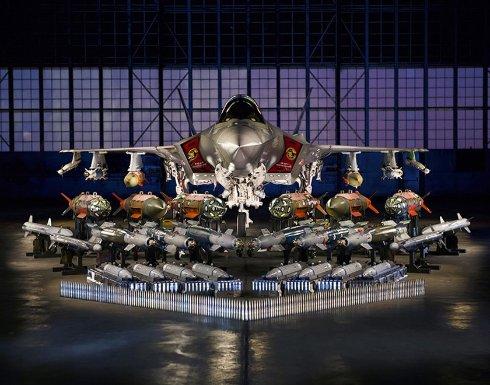 Под крылом американского истребителя разместили полторы тонны вооружения
