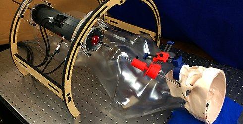 Создан робот, который проводит операции на мозге через щеку