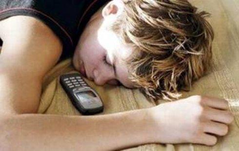 Причины, по которым нельзя брать телефон с собой в постель