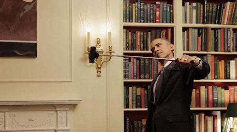 Барак Обама кривляется перед зеркалом и пользуется «селфи стиком» (ВИДЕО)