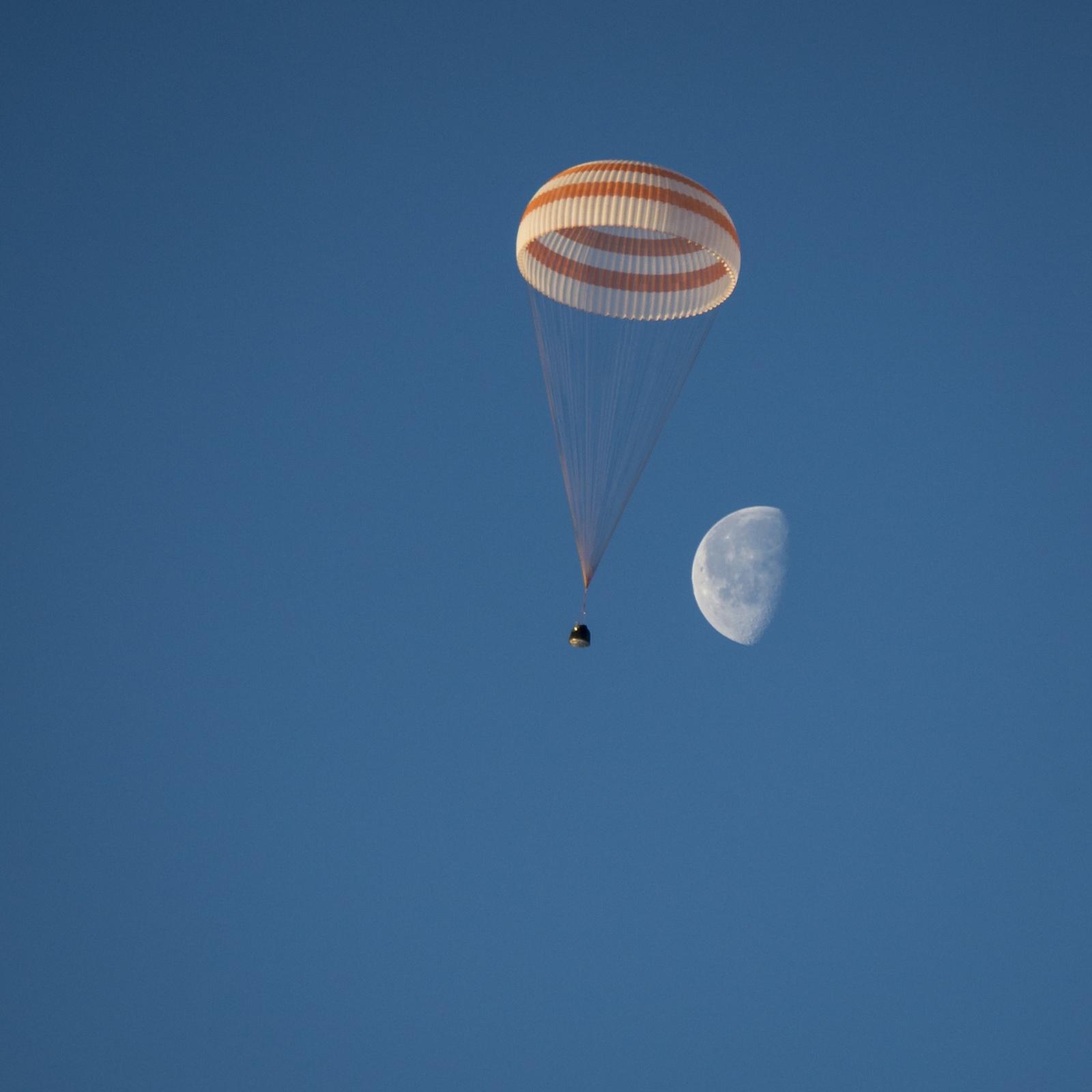 Спускаемая капсула «Союза ТМА-14М» успешно приземлилась в казахстанской степи - 1