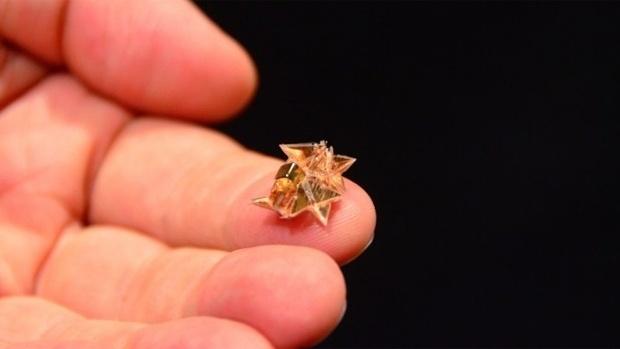 Миниатюрный робот-оригами складывается сам, выполняет действия, а потом растворяется в ацетоне - 1