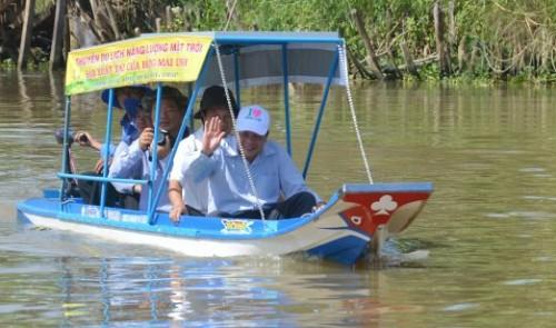 Вьетнамские фермеры сделали лодку на солнечных батареях - 1