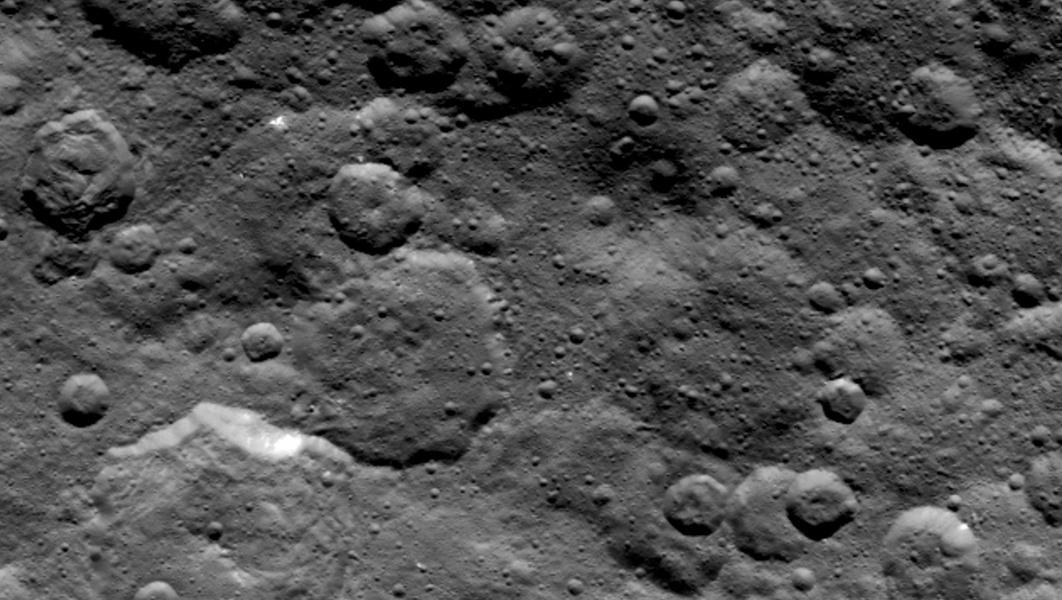 Зонд Dawn сделал снимки белых пятен на Церере с расстояния в 4,4 тысячи км - 3