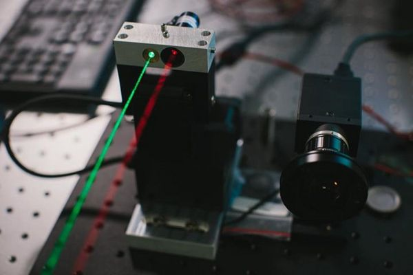 на фотографиях лазерные лучи сделаны видимыми в демонстрационных целях
