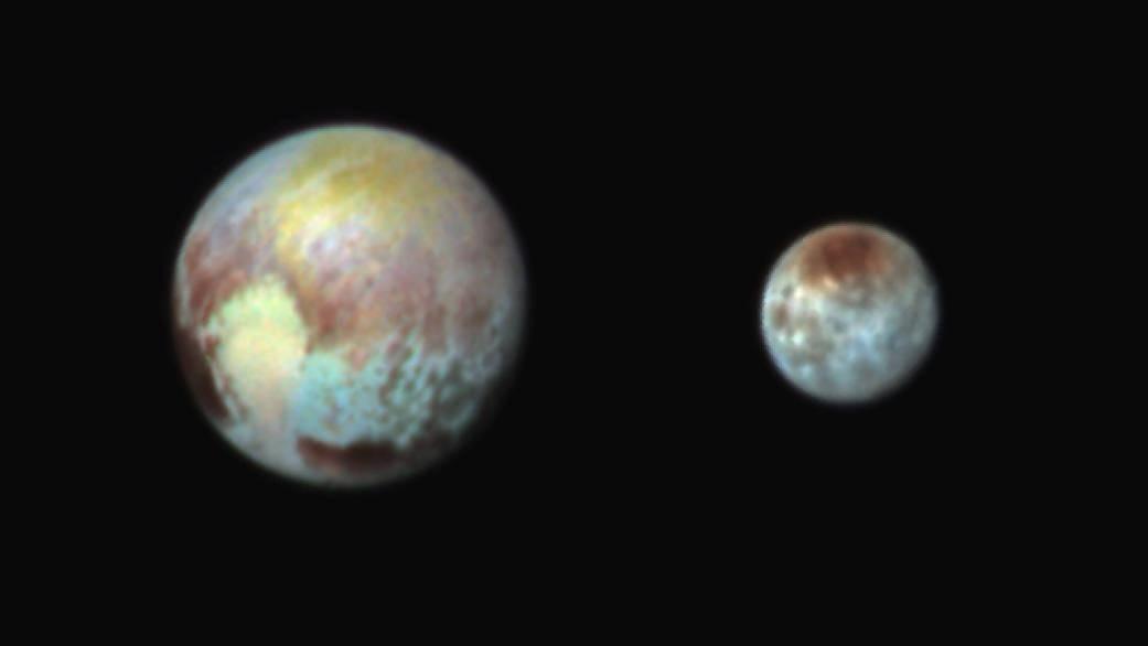 NASA выложило цветные снимки Плутона и Харона - 1