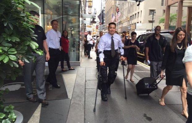 Экзоскелет помогает парализованному человеку ходить по улицам Нью-Йорка - 1