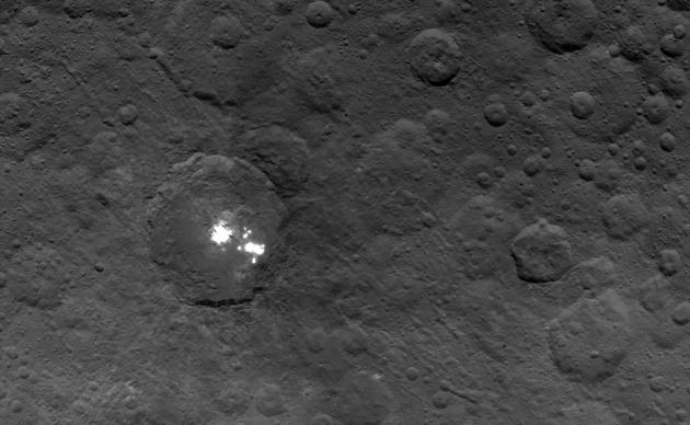 Над светлыми пятнами Цереры замечена странная дымка - 1