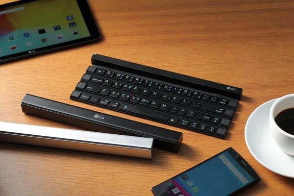 Четыре ряда кнопок LG Rolly Keyboard, выполненных из пластика, сматываются в рулон, который по форме является прямоугольным параллелепипедом с квадратным основанием