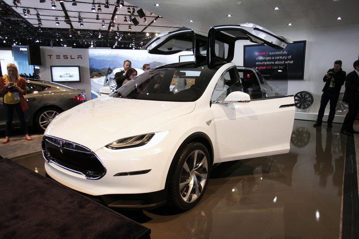 Новый электромобиль Tesla Model X обойдется покупателю в $132000. Обновление Roadster 3.0 — $29000 - 1