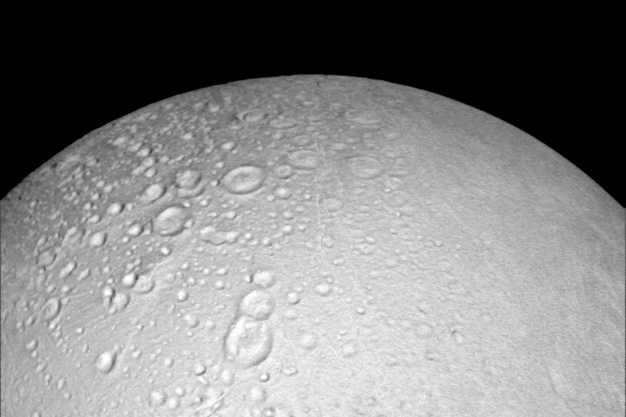 Cassini прислал фотографии Энцелада в хорошем разрешении - 1