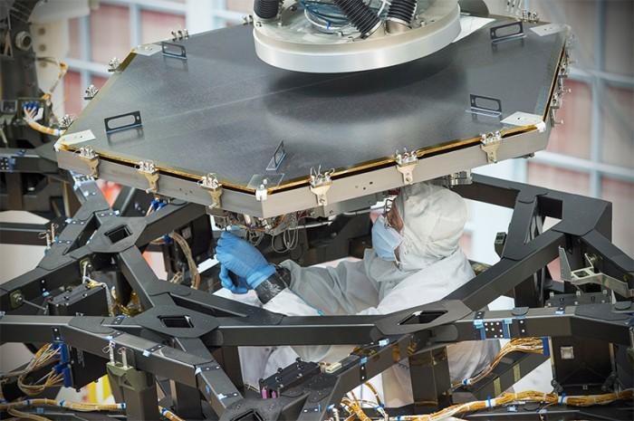 На телескоп им. Джеймса Уэбба установили первый сегмент зеркала - 1