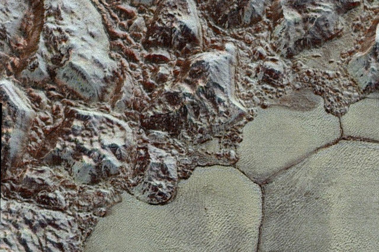 NASA выложило цветной снимок Плутона - 1