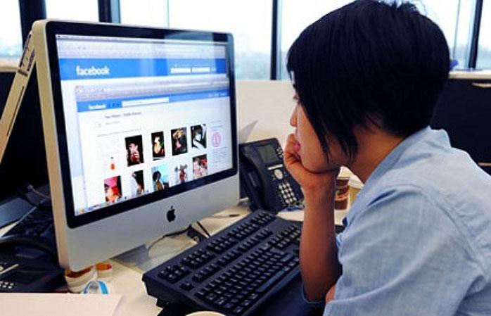 Чиновник, предложивший запретить соцсети в рабочее время, оставляет личные комментарии в Facebook во время работы - 1