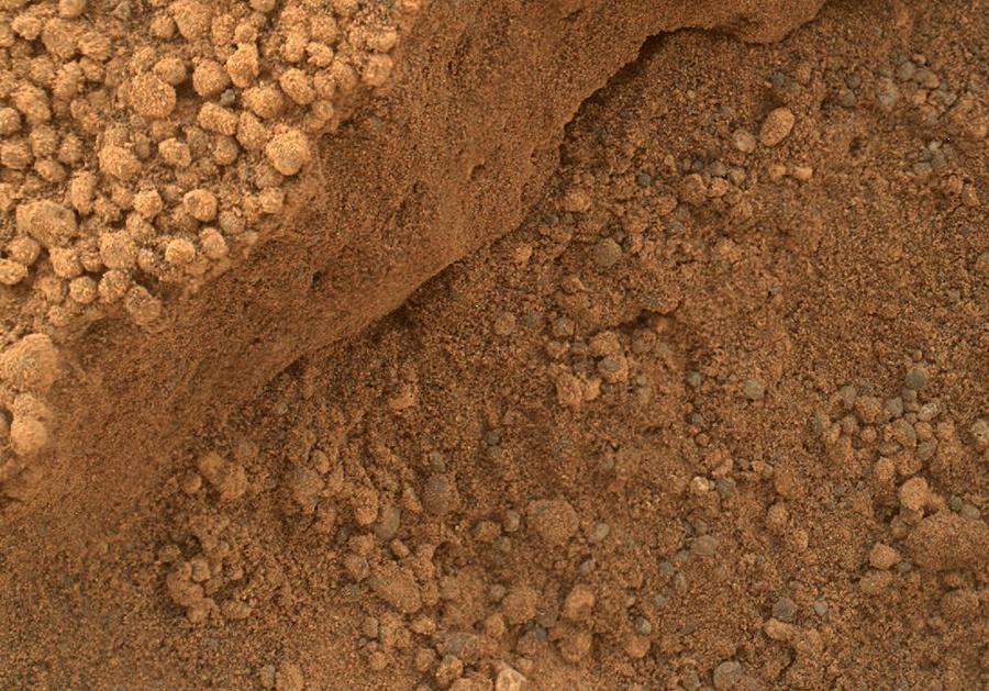 Марсоход Curiosity изучает темные дюны - 9