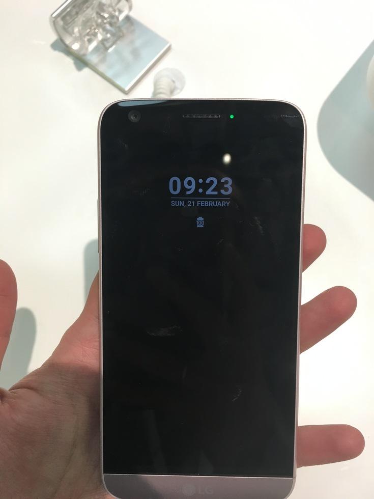 Представлен флагманский смартфон LG G5, который получит целую серию аксессуаров, подключаемых через универсальный слот (фото с MWC 2016) - 4