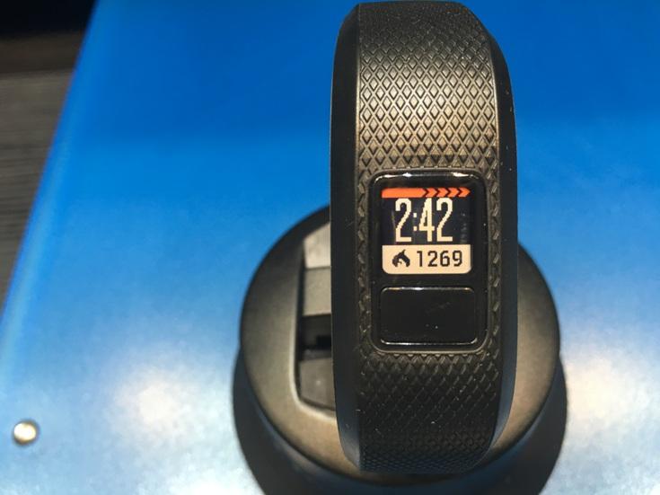 Трекер Garmin vivofit 3 стоит $100