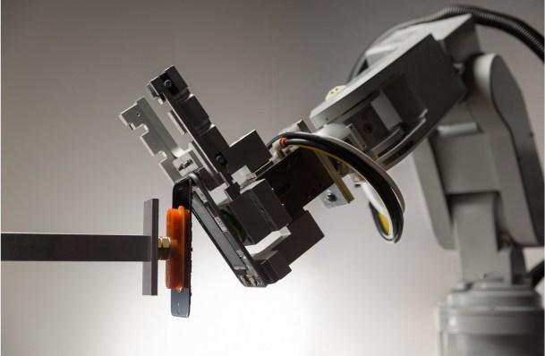 Робот Liam разберет старый iPhone на запчасти за считаные секунды - 1