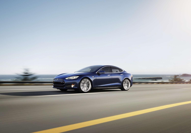 Автопилот Tesla Model S спас своего водителя от столкновения с грузовиком - 1