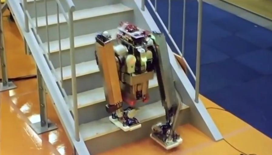 Двуногий робот Schaft носит тяжести по лестнице. Грузчикам пора искать новое занятие - 1
