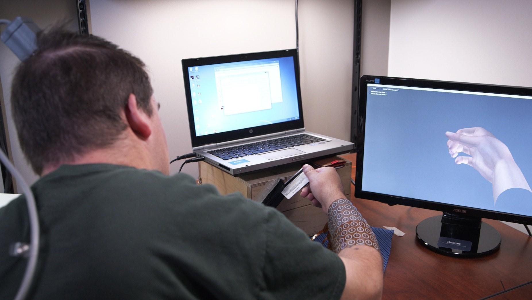 Мозговой имплантат впервые позволил парализованному человеку управлять рукой - 5