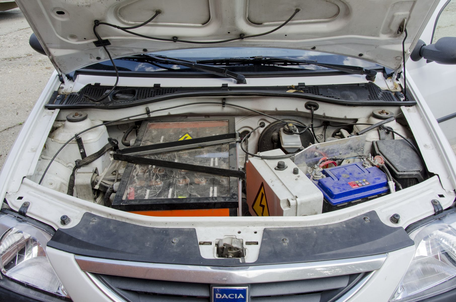 Умелец из Франции создал собственный электромобиль на базе Dacia Logan - 2
