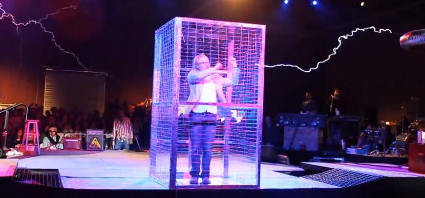 Адам Севидж во время выступления группы AirAttak!