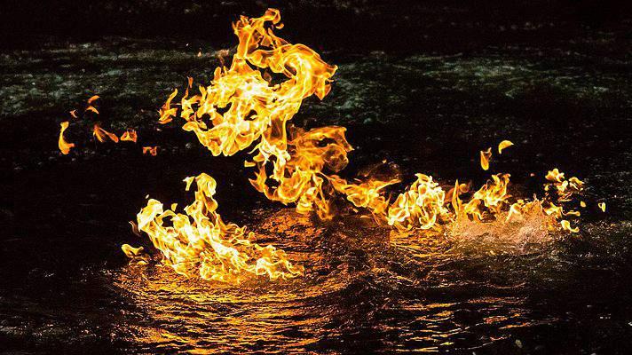 Как доказать влияние добычи сланцевого газа на окружающую среду? Очень просто — поджечь реку - 1