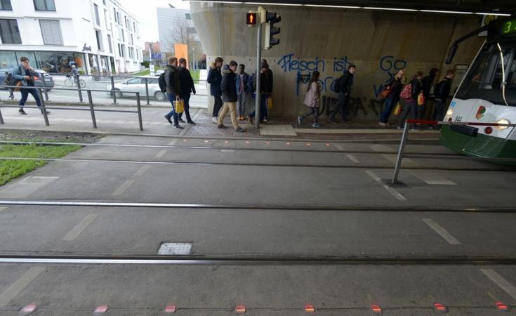 В Аугсбурге вмонтировали светофоры в асфальт