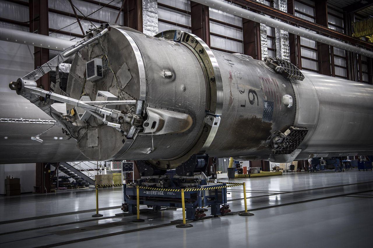 SpaceX показала свой ангар для хранения вернувшихся из космоса ступеней ракет Falcon 9 - 1