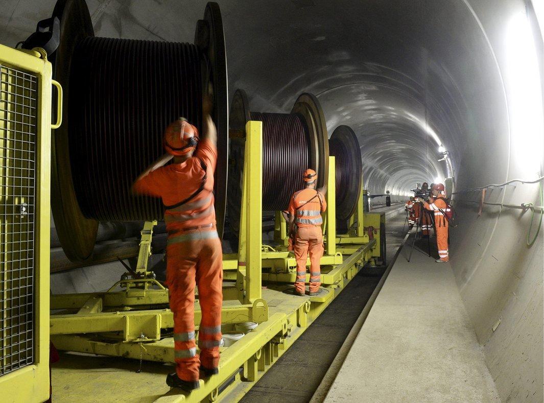 В Швейцарии открыт самый длинный в мире железнодорожный тоннель: 57 км - 12
