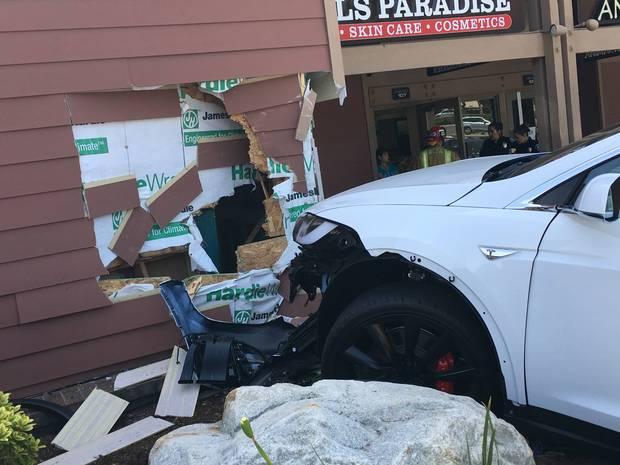 Tesla Model X врезалась в стену торгового центра, владелец утверждает, что машина ускорилась сама по себе - 1
