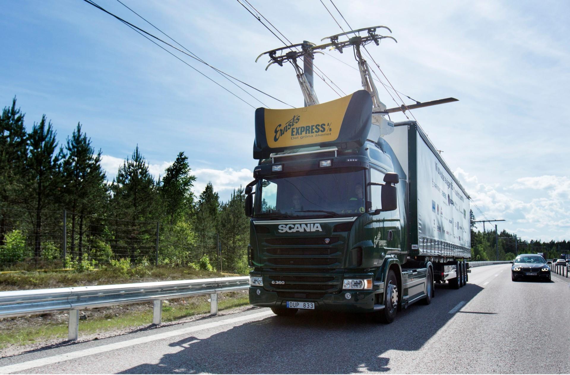 Швеция открыла электрическое шоссе длиной 2 км для грузовиков - 1