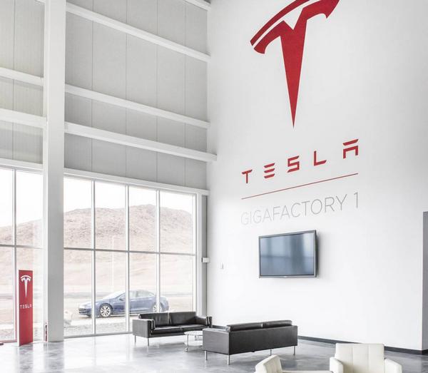 Илон Маск разослал 12 золотых билетов на свою шоколадную фабрику Gigafactory