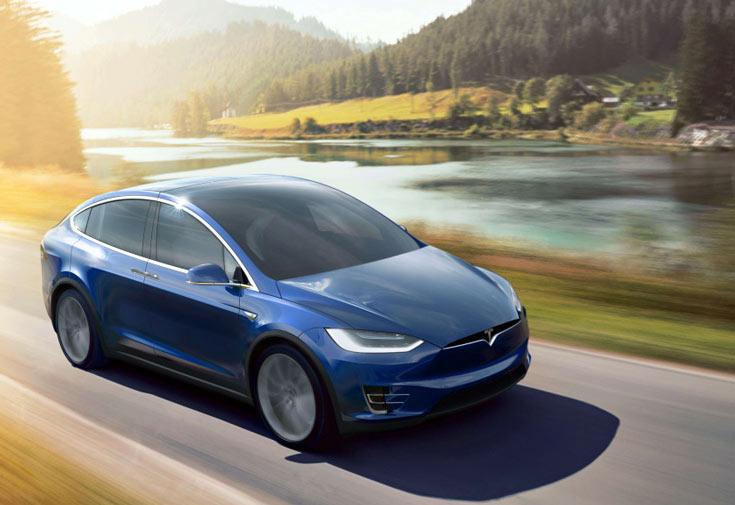 Кроссовер Tesla Model X перевернулся, водитель остался жив