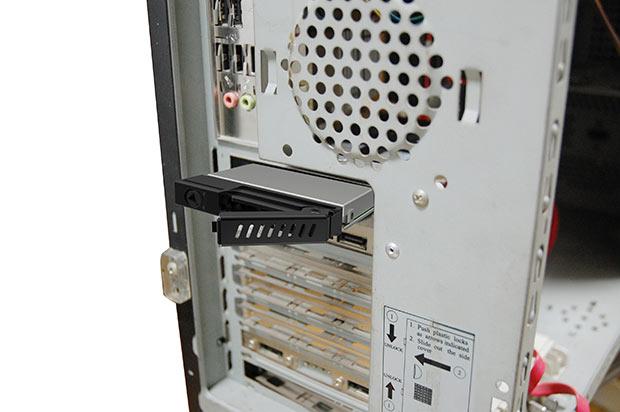 Chieftec CMR-125 поддерживает горячую замену накопителя