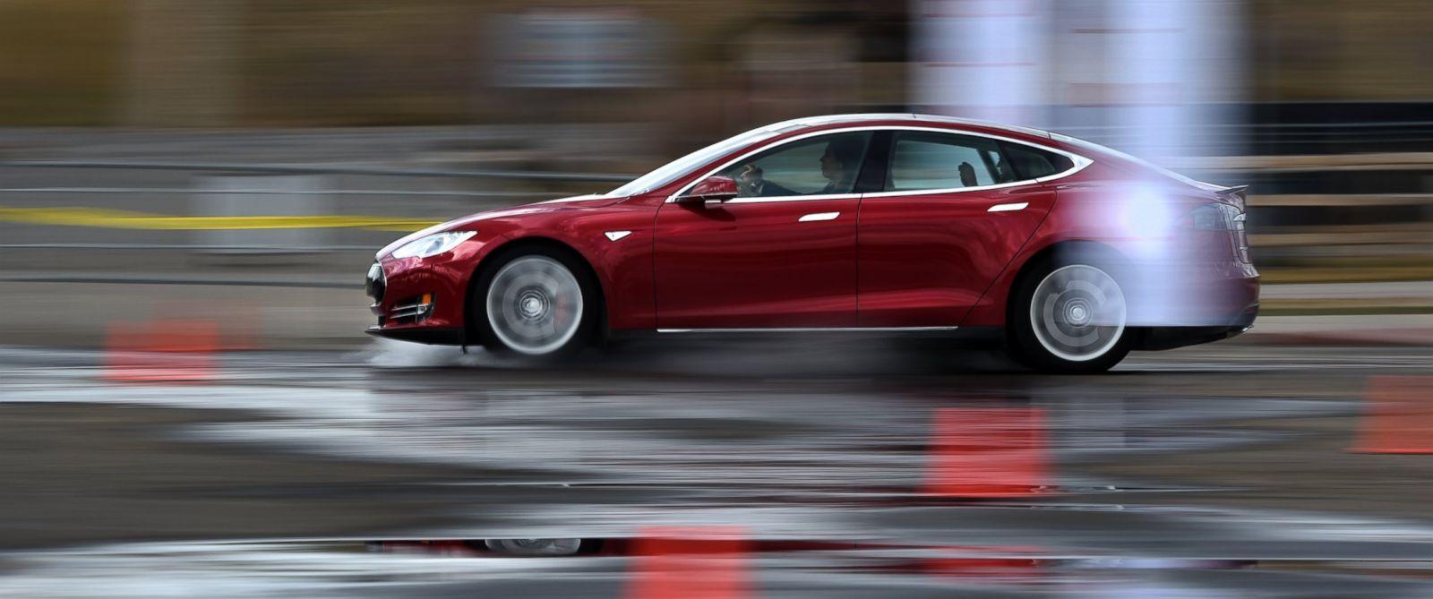 Владелец Tesla Model S утверждает, что автопилот его электромобиля спас пешехода от смерти - 1