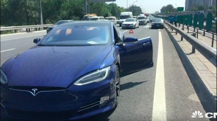 В компании Tesla винят в ДТП владельца электромобиля